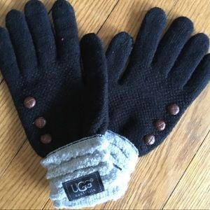 Black knit gloves with ribbed cuffs. 🧤